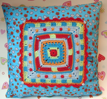... Big granny square pillow cushion ~ crochet and sewing pattern photo- tutorial ...